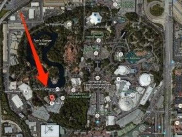 Vị trí Club 33 ẩn mình giữa khuôn viên rộng lớn của Disneyland.
