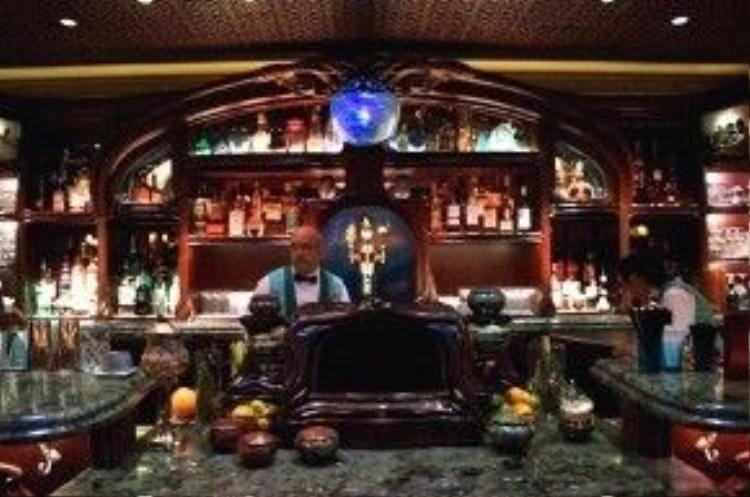 Trần nhà và quầy bar được thiết kế bằng gỗ và có vẻ như đều được làm thủ công.