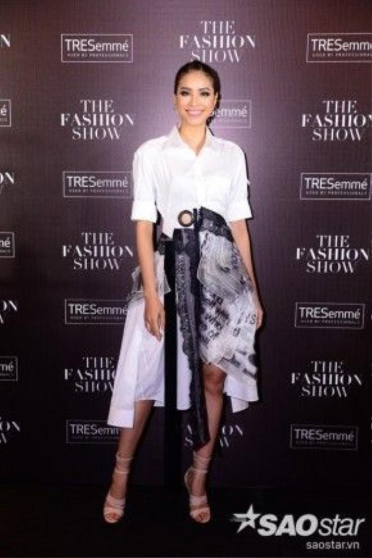 Phạm Hương trở thành gương mặt hot nhất trong đêm nay khi cô là khách mời đặc biệt cho show diễn. Với trang phục của Võ Công Khanh, người hâm mộ mong chờ màn catwalk điêu luyện, sang chảnh của cô trên sàn diễn.