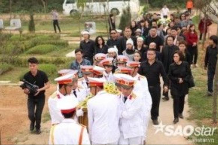 Nhiều anh em, bạn bè nghệ sĩ đã đi cùng đoàn tang để tiễn anh đến nơi an nghỉ cuối cùng.