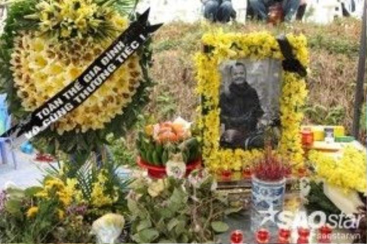 Đúng 15h, linh cữu của nam HLV Giọng hát Việt 2015bắt đầu được hạ thổ.