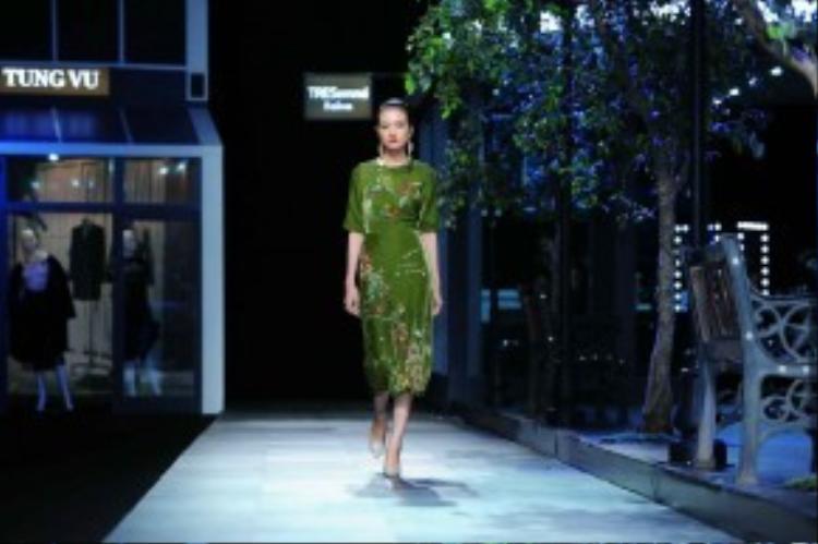 26 thiết kế trong bộ sưu tập Peacock trình diễn trong đêm nay lấy cảm hứng từ hình ảnh chú công vẽ tay trên ấn phẩm Vogue đầu tiên.