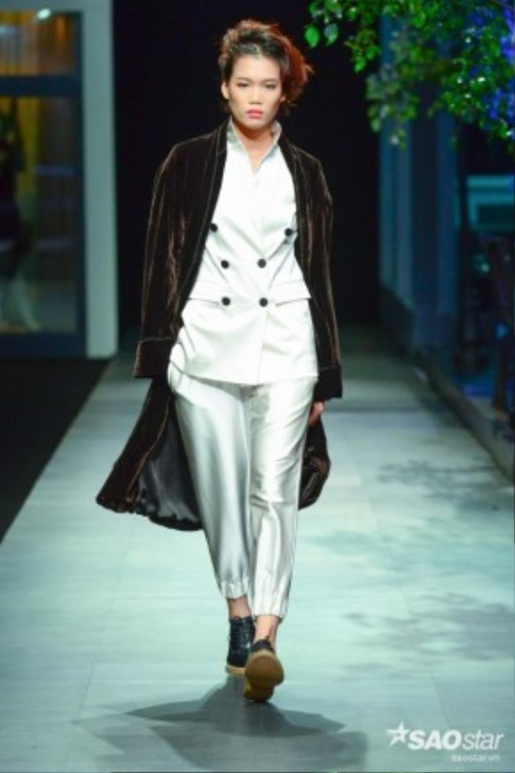 Đến với The Fashion Show, giới mộ điệu sẽ được chứng kiến vẫn là Yến của những mùa cũ: tập trung vào chủ nghĩa tối giản, tôn vinh người mặc và cá tính thông qua chất liệu cùng kỹ thuật tạo phom dáng thượng thừa.