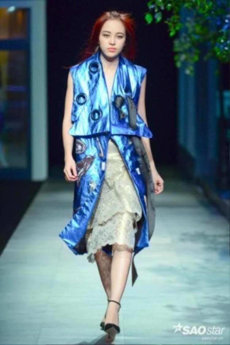 Model Mi Lê ấn tượng với son môi cam cùng outfit xanh