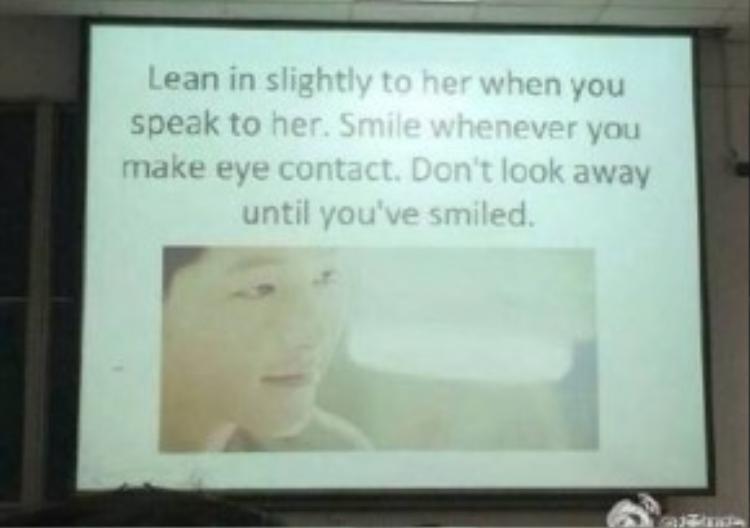"""Nghiêng đầu nhẹ về phía cô ấy khi nói chuyện. Mỉm cười khi hai mắt chạm nhau. Đừng nhìn đi đâu khác cho đến khi hoàn thành nụ cười """"chết người"""" của mình."""