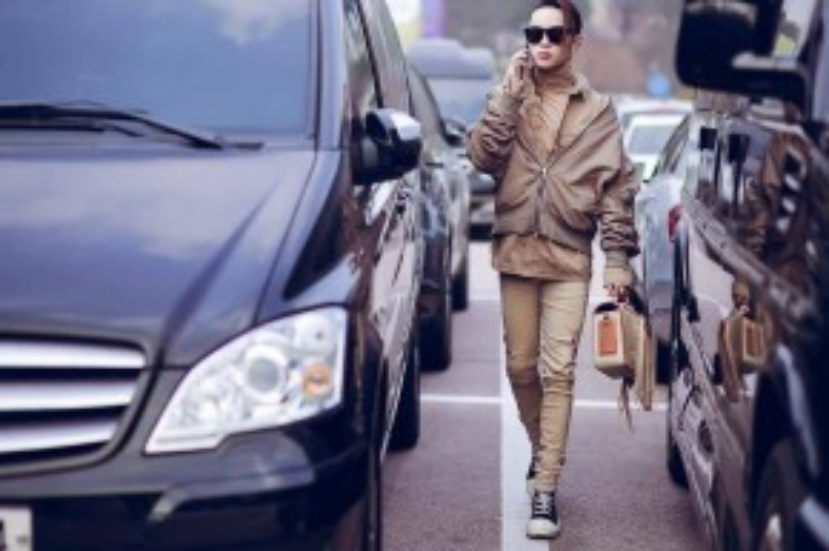 Cách đó một ngày, streetstyle của Kelbin lọt vào ống kính của nhiều nhiếp ảnh gia streetstyle. Anh chàng diện cả cây monochrome màu beige nhã nhặn, phối cùng túi xách đính phụ kiện tua rua.