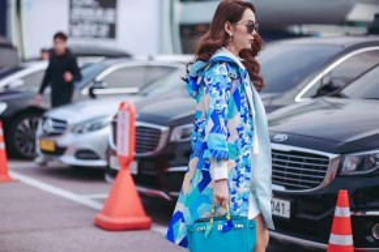 Cô nàng diện streetstyle vừa thanh lịch lại ấn tượng với họa tiết sặc sỡcùng phụ kiệntúi Hermes Birkin màu xanh da trời đắt giá ton-sur-ton với chiếc áo jumper.