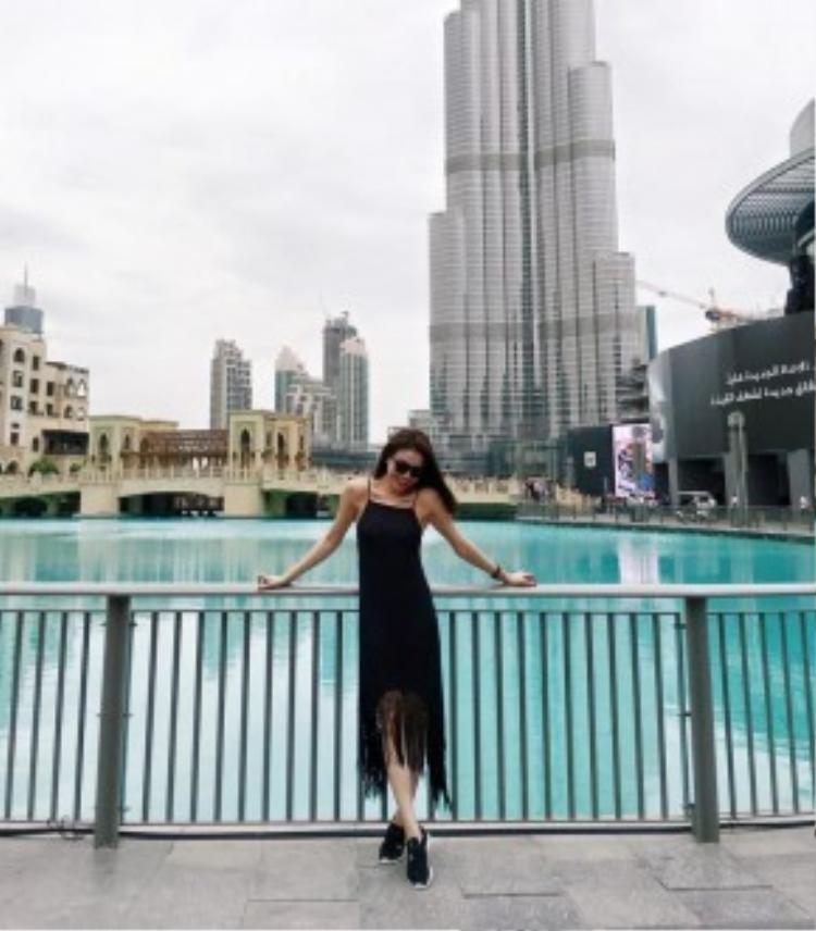 Trà Ngọc Hằng diện thiết kế slip-dress với điểm nhấn là phần tua rua ở thân váy trong chuyến du lịch đến Dubai của cô nàng.
