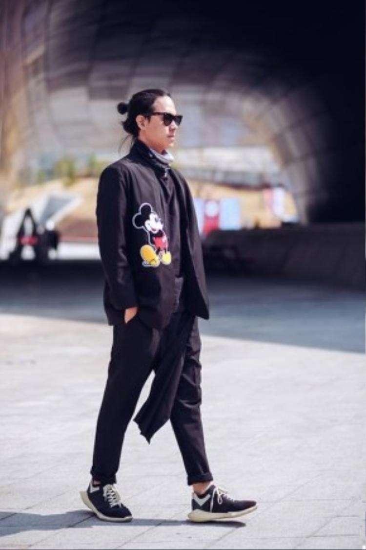 Không chỉ chụp hình đẹp mà Chanh Nguyễn cũng nhân cơ hội làm điệu với những món đồ thời trang đậm dấu ấn của tín đồ Việt.