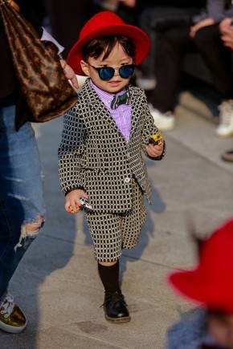 Cậu bé mặc đồ phong cách menswear siêu bảnh, siêu đáng yêu, siêu thời thượng.