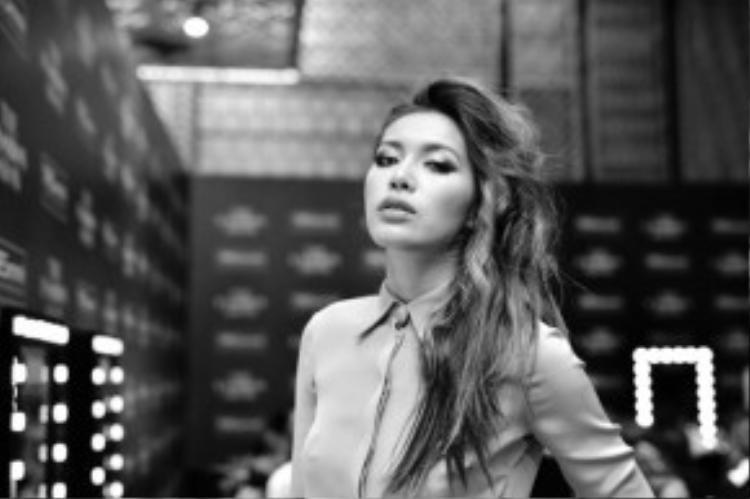 2015 quả là một năm đại thắng của cô nàng Minh Tú. Tiếp nối thành công đó, cô nàng vừa trở thành vedette kết show của NTK Đặng Hải Yến.