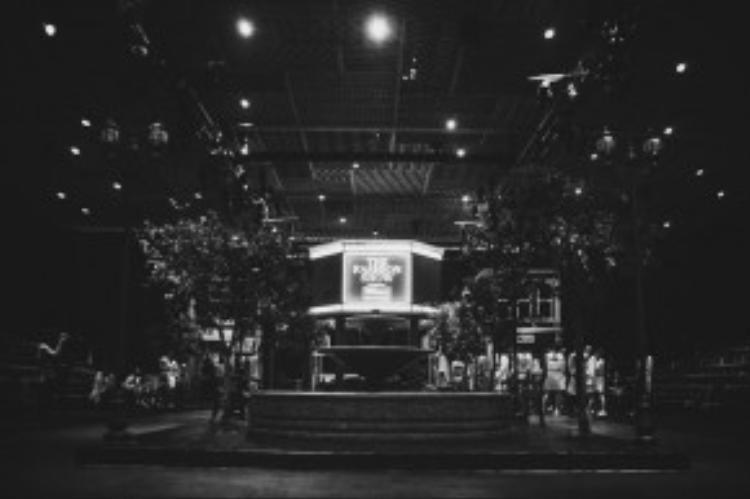 """Sân khấu The Fashion Show là """"phiên bản mini"""" của phố đi bộ Nguyễn Huệ, với đài phun nước, ghế đá, hàng cây hay sự xuất hiện của những salon tóc, boutique thời trang, quán cà-phê."""