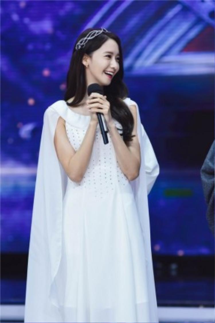 Yoona xuất hiện trong chiếc đầm trắng thướt tha, mang phong cách cổ trang.