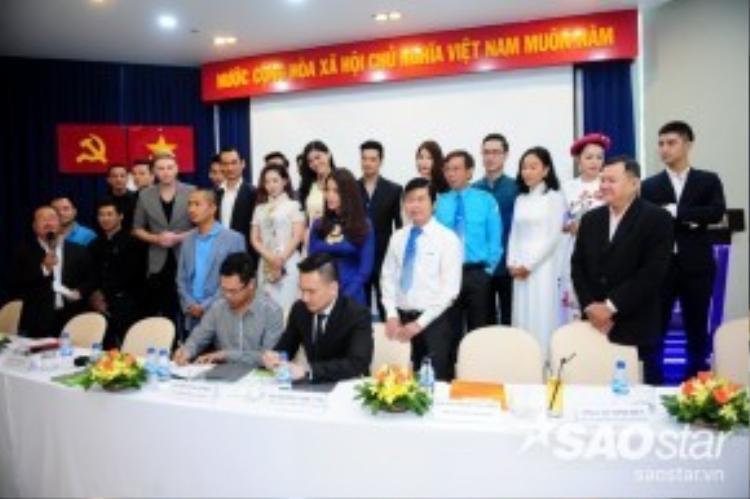 Diễn viên Chi Bảo đại diện quỹ Hiểu về trái tim và mạng xã hội cùng tên ký kết hợp đồng với các đối tác.