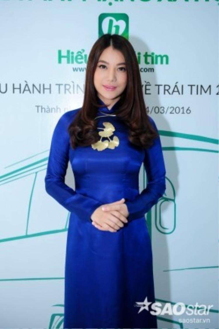 Trương Ngọc Ánh rạng rỡ, trẻ trung với tà áo dài màu xanh.