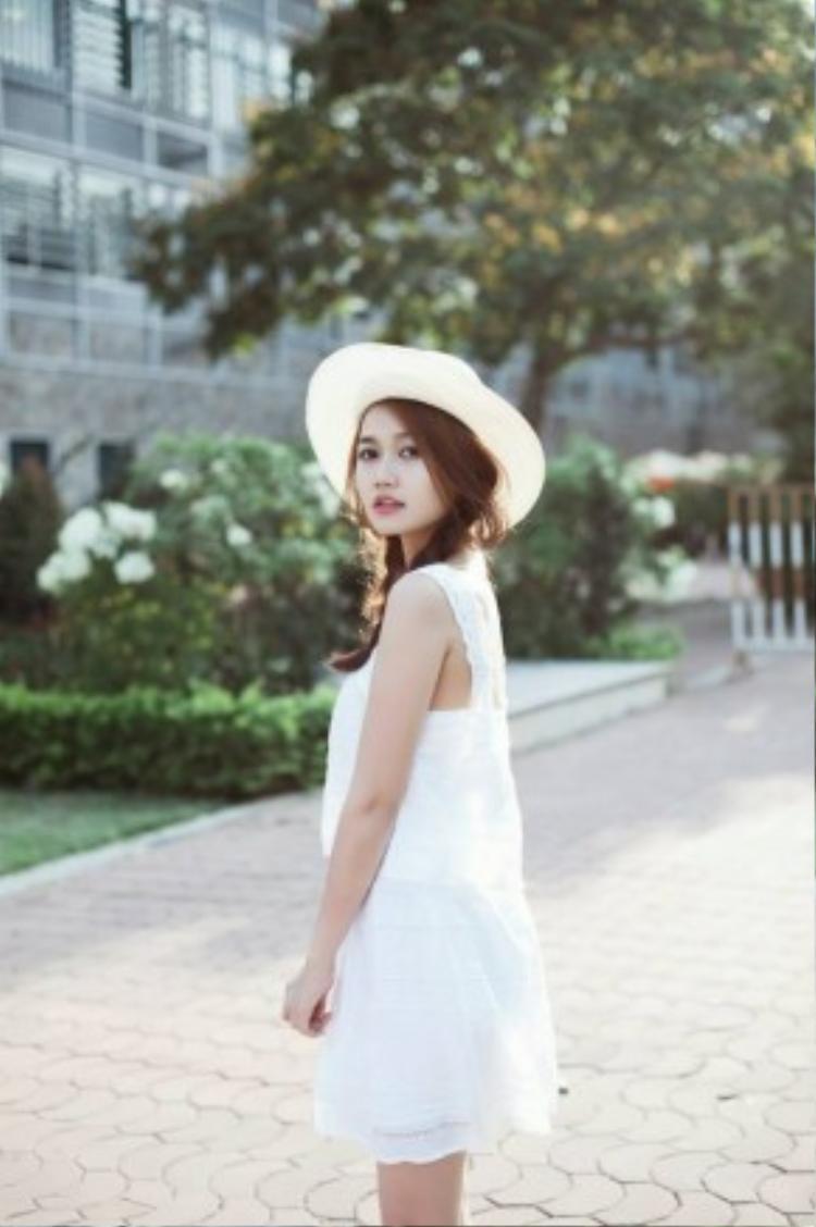 Style váy trắng, tóc hai bím và nón rộng vành dường như chưa bao giờ lỗi mốt.