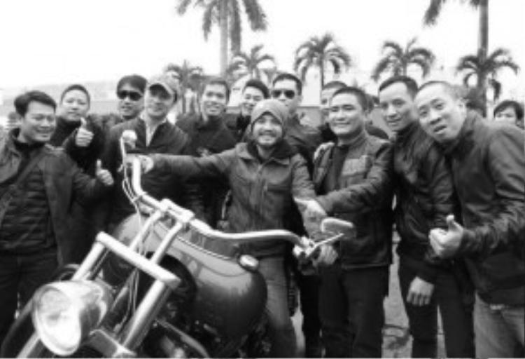 Trần Lập bên những người anh em trong câu lạc bộ môtô.