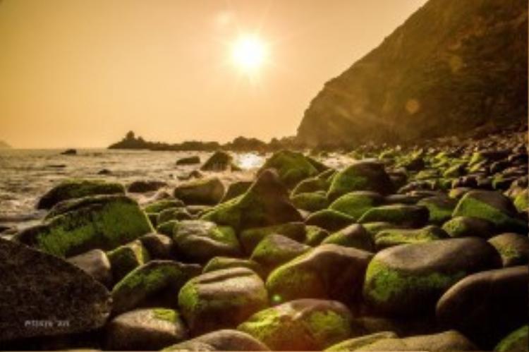 Nếu Ghềnh Ráng (Quy Nhơn) có bãi Đá Trứng thì Eo Gió có bãi Đá Đẻ với muôn vàn các tảng đá kích cỡ và hình thù khác nhau. Ảnh: Phạm An.