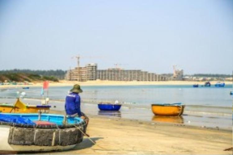 Tuy nhiên, một tổ hợp nghỉ dưỡng đang được xây dựng tại khu vực Eo Gió khiến nhiều du khách băn khoăn về việc du lịch hóa lẫn hiện đại hóa vùng đất này. Ảnh: Phạm An.