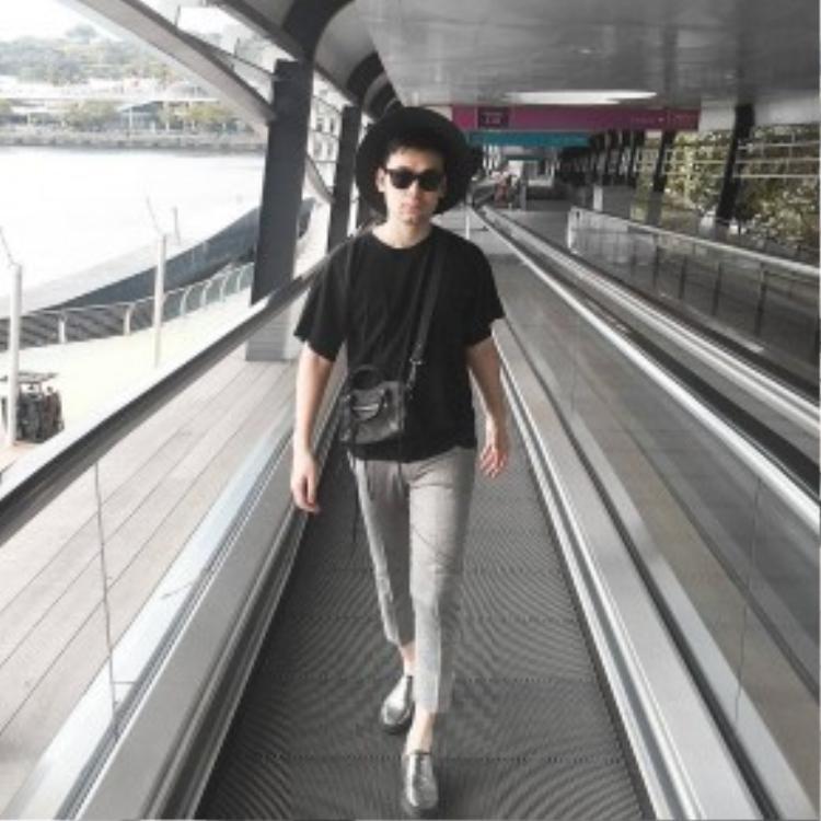 BTV thời trang Long Ichi sỡ hữu phiên bản mini của chiếc túi Balenciaga City màu đen. Anh chàng thường kết hợp cùng những bộ cánh minimal thời thượng.