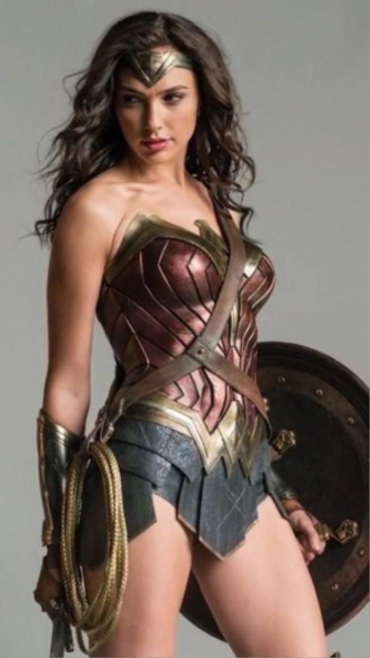 Thân hình cao ráo, rắn rỏi của Gal Gadot cho thấy cô đã nỗ lực tập luyện thế nào để vào vai nữ chiến binh Amazon.