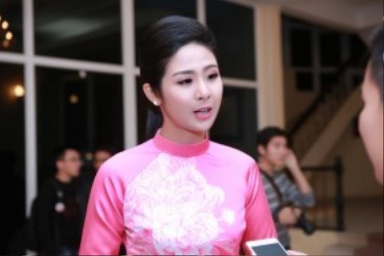 """Bên cạnh đó, Hoa hậu Việt Nam 2010 còn làm chủ một công ty in vải, đồng thời là nhà thiết kế chính trong các bộ sưu tập thời trang của mình. Ngọc Hân cho biết: """"Trong thời gian tới tôi sẽ triển khai dự án áo dài in. Đây là hướng phát triển tiềm năng, là bước đột phá nếu mình biết cách khai thác""""."""