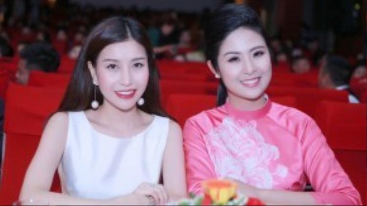 Trên hàng ghế giám khảo còn có sự xuất hiện của Hoa hậu doanh nhân Thế giới người Việt Nguyễn Lam Cúc. Cả hai nàng hậu đều sở hữu vẻ đẹp Á đông đằm thắm, duyên dáng và nụ cười rạng rỡ.