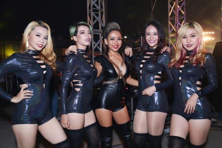 Thảo Trang chân trần quậy tung sân khấu dù té gãy gót giày