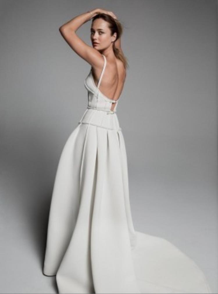 """Chiếc đầm trắng hở lưng khiến cô """"gây mê"""" người nhìn bởi thân hình nuột nà."""