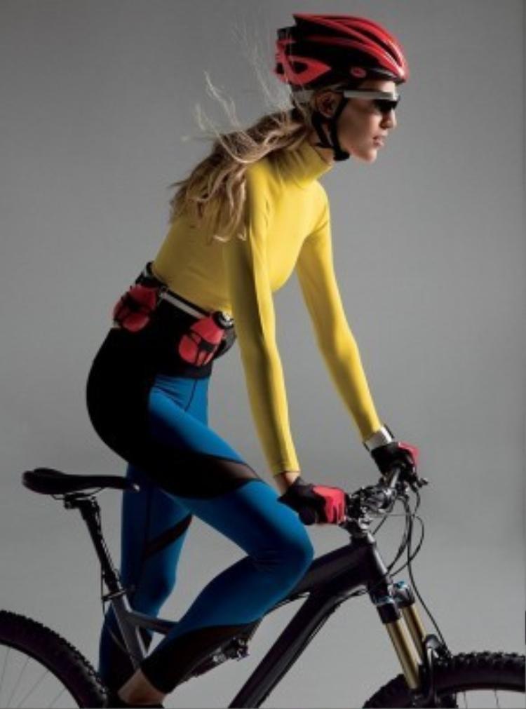 Vanessa Axente chọn bộ môn thể thao đạp xe để có được đôi chân thon dài và rèn sức bền. Những vòng quay khiến các cơ ở chân hoạt động liên tục giúp đốt cháy năng lượng.