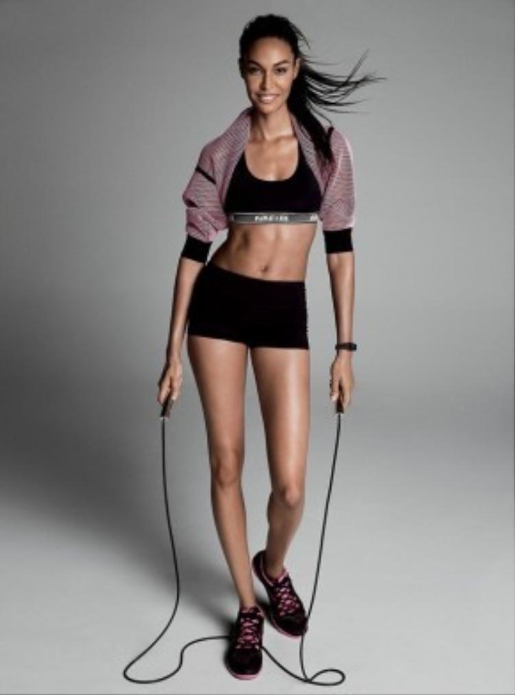Joan Smalls chọn môn thể thao nhẹ nhàng hơn nhiều nhưng đốt cháy calo chẳng kém bất kỳ bộ môn nào. Mỗi một lần tiếp đất với những bước chân được kết hợp cùng nhịp thở đều đặn giúp cơ bụng hoạt động với mức độ cao và liên tục, sự co thắt giúp vòng eo được giảm đáng kể.