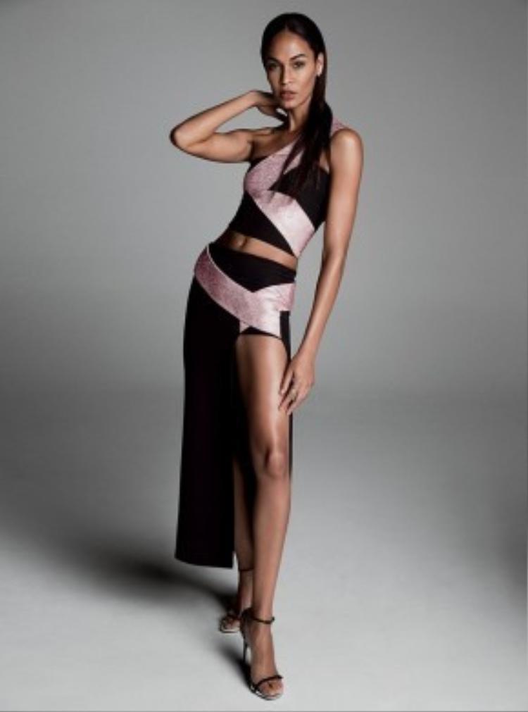 """Chân dài da nâu quyến rũ trong thiết kế xẻ đùi cao ngút. Nhờ nhảy dây mỗi ngày, cô duy trì được thân hình """"vạn người mê""""."""