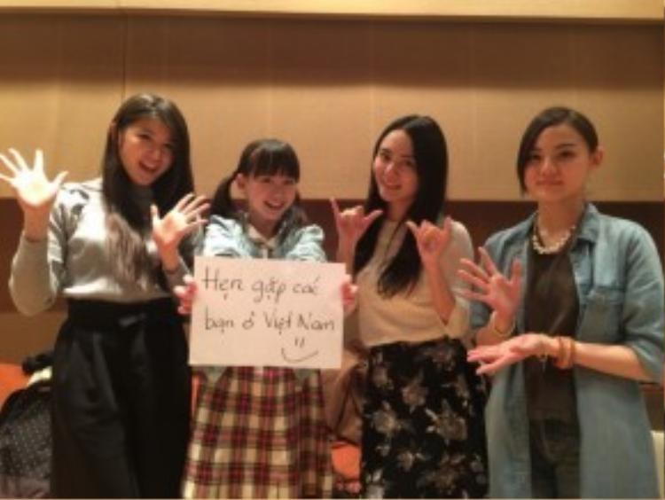 4 cô nàng trẻ trung và tài năng của nhóm nhạc hàng đầu Nhật Bản sẽ cùng khuấy động làng giải trí Việt trong thời gian tới.