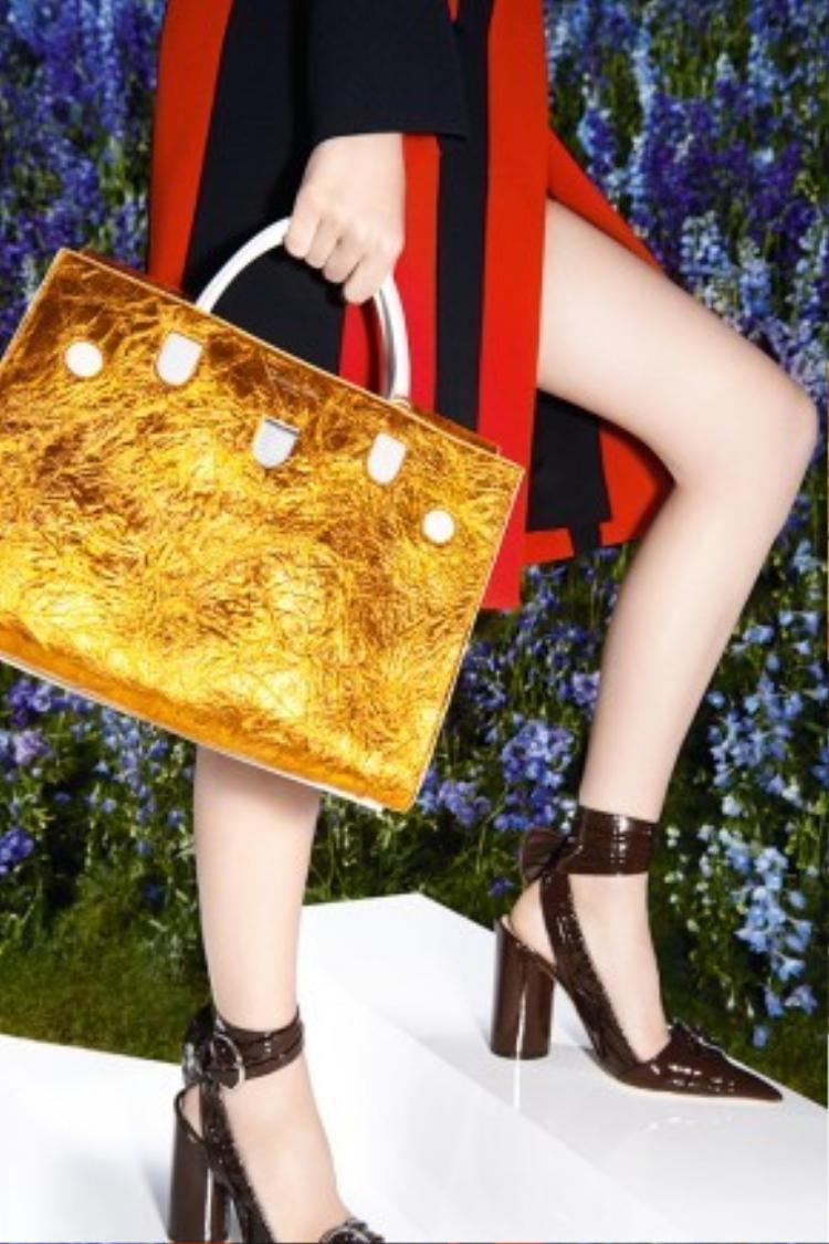 Mẫu túi kim loại ánh vàng trẻ trung và nổi bật.
