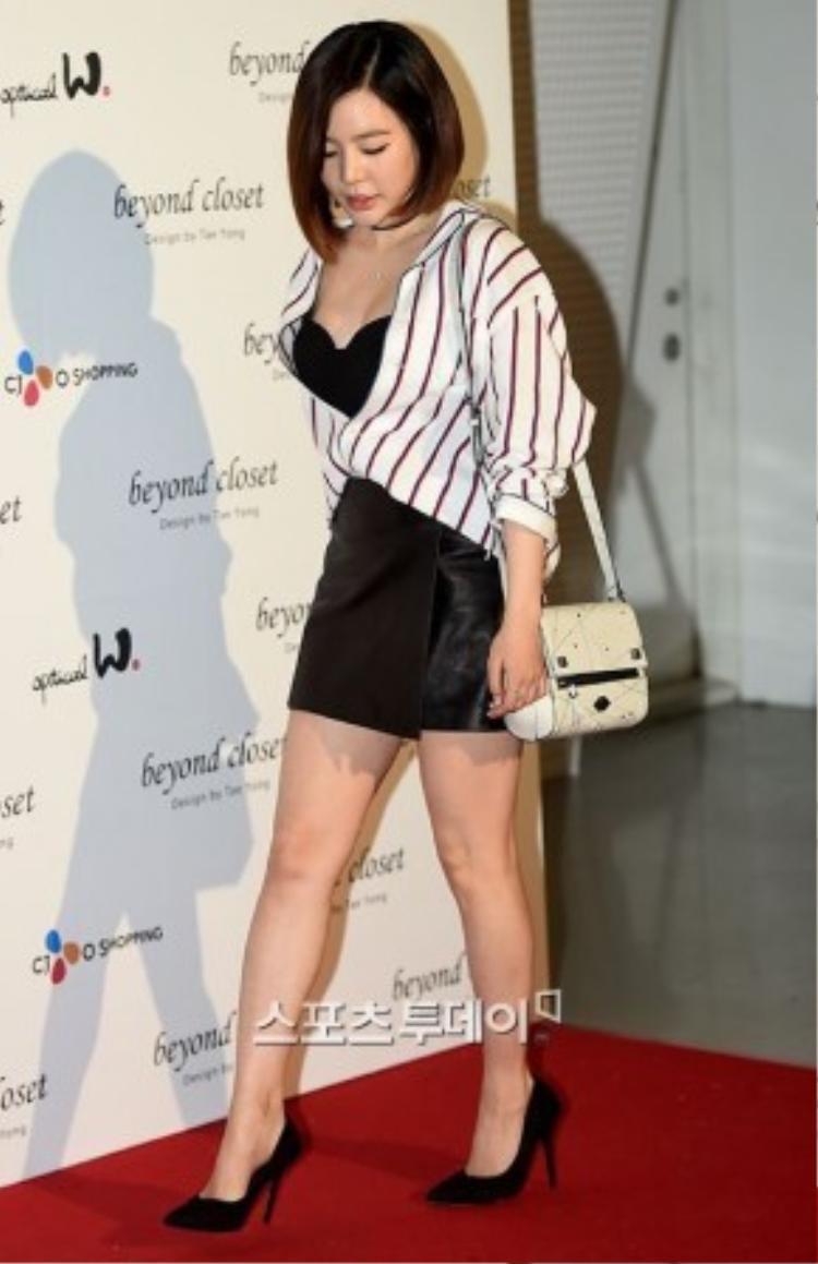 """Tối 25/3, Sunny của nhóm SNSD dự buổi giới thiệu BST của một nhà mốt nằm trong khuôn khổ Tuần lễ thời trang Seoul. Nàng """"Nắng"""" hâm nóng thảm đỏ với trang phục không thể nóng bỏng hơn."""