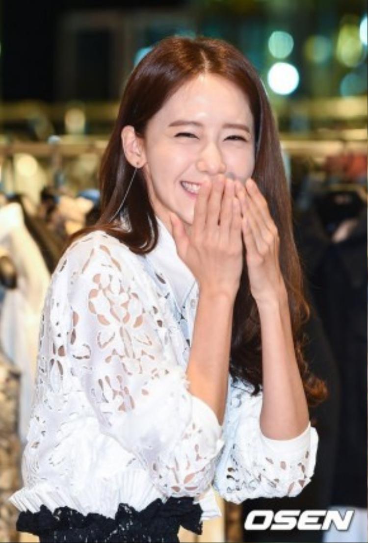 Phong cách của Yoona khiến nhiều người liên tưởng tới cô nữ sinh ngọt ngào, đối lập với vẻ nóng bỏng của cô chị Sunny cùng nhóm.