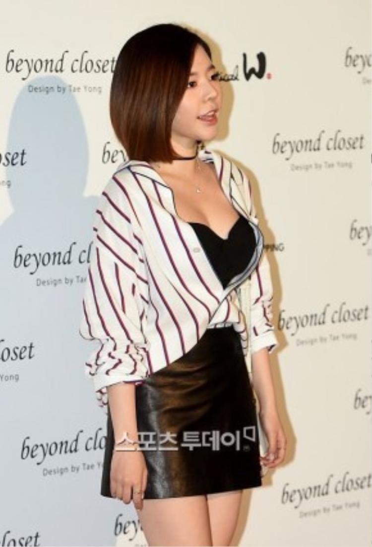 Dù chiều cao khá khiêm tốn nhưng Sunny là thành viên có đôi gò bồng khá nóng bỏng của SNSD. Nữ ca sĩ từng gây sốt khi khoe lợi thế vóc dáng trong những bộ bikini 2 mảnh quyến rũ.