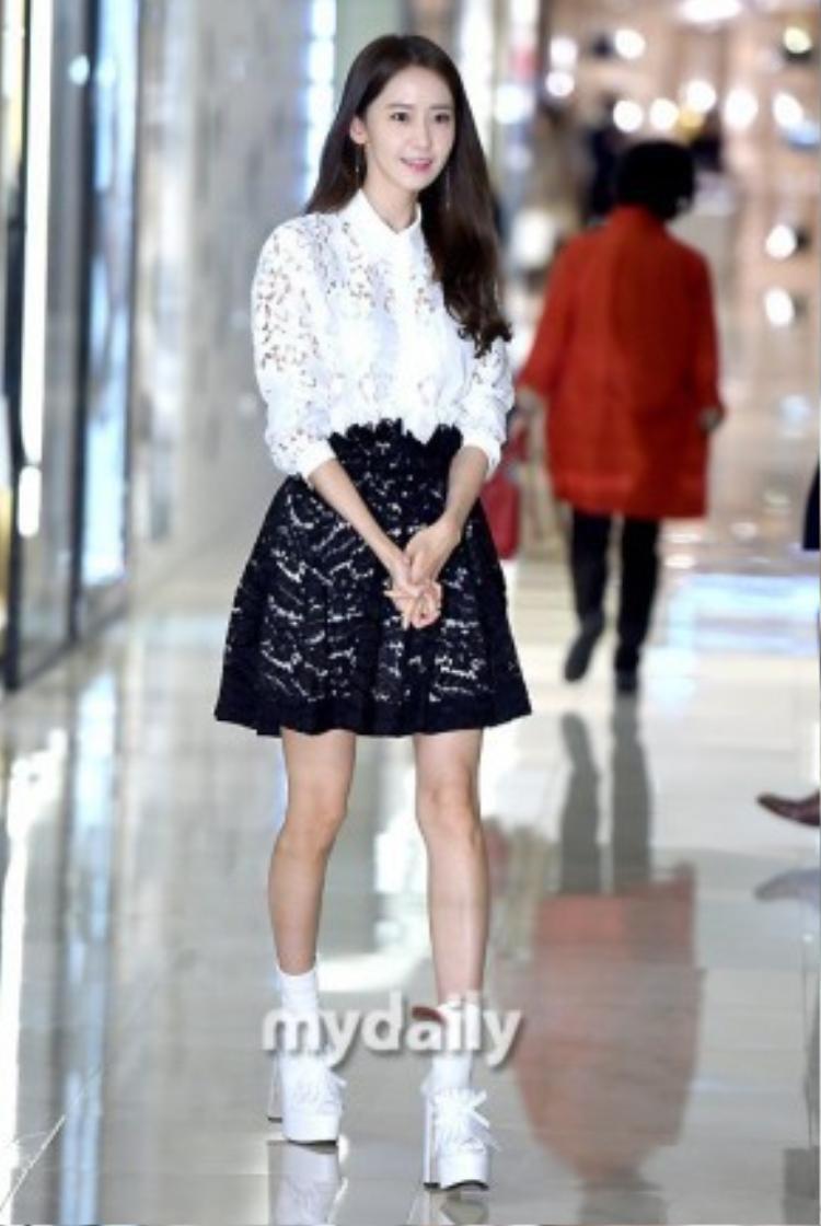 Trong khi đó, ở một sự kiện khác diễn ra tại trung tâm thương mại Hyundai Store, Gangnam, một thành viên nổi bật của SNSD là Yoona cũng thu hút hàng loạt ống kính ký giả.