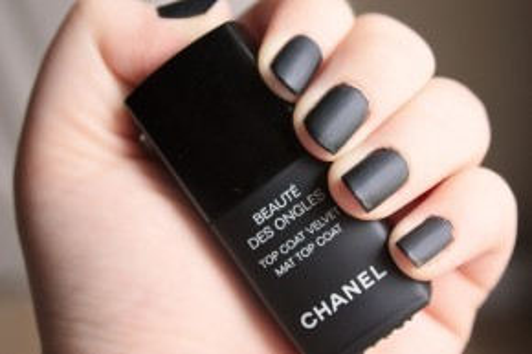 Lọ sơn tông đen Top coat Velvet của Chanel sẽ giúp bộ móng của bạn thêm sức hút và ma mị hơn với tông đen. Điều thú vị nữa là dù bạn sở hữu làn da như thế nào thì đây là màu sắc không hề kén người diện.