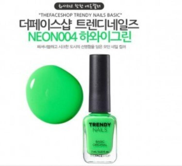 Sơn móng tay TheFaceshop Trendy Nails Basic với tông màu xanh lá tươi sáng là gợi ý dành cho bạn với giá tầm 78.000 VNĐ/ lọ.