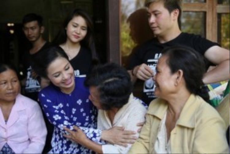 Việt Trinh cùng các thí sinh trò chuyện chia sẻ cùng bà con.