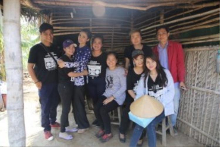 Nữ MC của Hát vui - Vui hát cùng với 10 thí sinh xuất sắc của chương trình đã đến với xã Hiệp - xã nghèo nhất trong 23 xã của huyện Ba Tri trong cái nắng như đổ lửa.