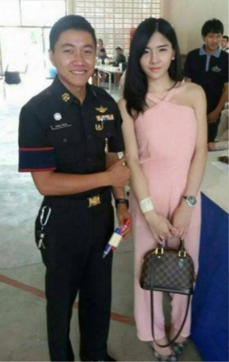 """""""Đàn ông Thái Lan đi xét tuyển nghĩa vụ quân sự. Tôi xin nhắc lại là Đàn Ông nhé"""", Nant Thananan, sống và làm việc tại Bangkok, viết bình luận."""