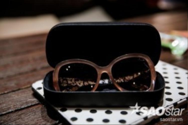 Như Huyền Ny chia sẻ, mắt kính là món phụ kiện khiến cho nàng sành điệu hơn gấp bội lần vậy nên đừng quên mang theo mắt kính khi ra đường nhé.