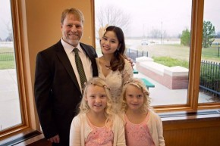 Na Hye và David hạnh phúc trong ngày cưới.
