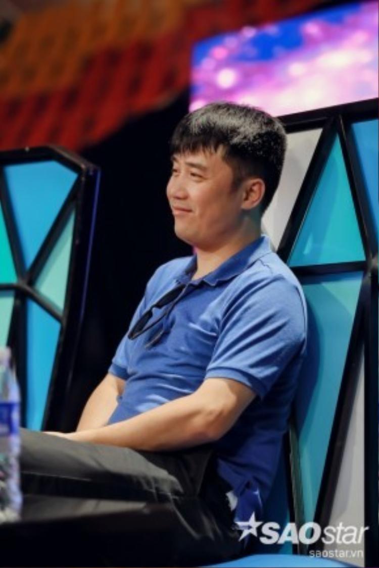 HLV Hồng Việt tươi cười trên ghế nóng.