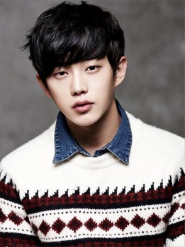Nhiều người nhận xét ngoại hình anh chàng lai giữa Yoo Seung Hoo và Lee Jong Suk