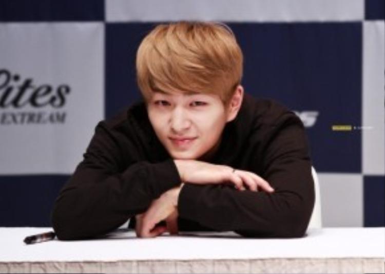 Onew sinh năm 1989, ra mắt cùng nhóm nhạc 5 thành viên SHINee vào năm 2008