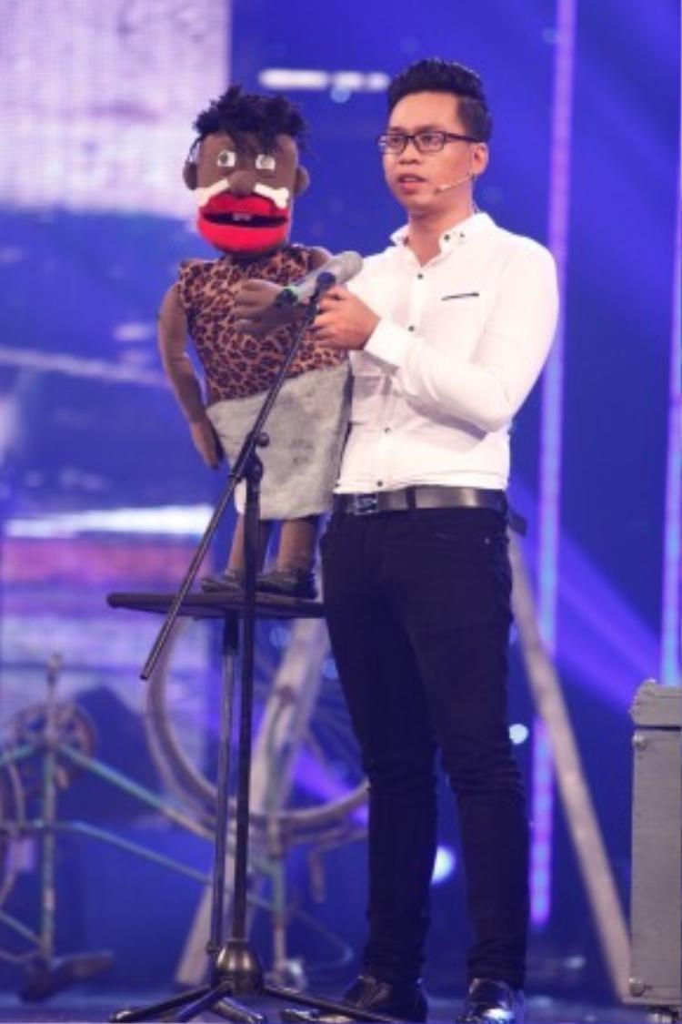 """Là một thí sinh của vòng bán kết nên Hoàng Bảo chia sẻ anh đã bị """"stress nặng"""" trước khi bước lên sân khấu, kịch bản biểu diễn anh phải đổi đi đổi lại đến 14 lần."""