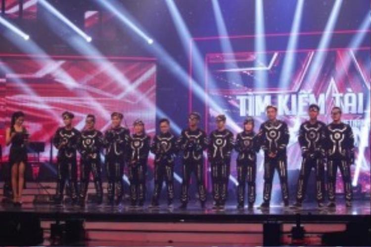 Sư kết hợp xuất sắc, nhuần nhuyễn từ phần dàn dựng cho đến cách trình diễn đã giúp 218 có 2 phiếu bầu từ giám khảo Huy Tuấn và Trấn Thành trong phần chọn lựa ở top 3.
